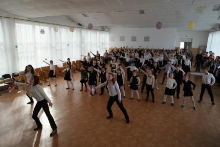 В Орджоникидзе прошла торжественная линейка, посвященная годовщине воссоединения Крыма с Россией