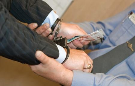 Следком возбудил дело против двух крымских таможенников за взятку в 7,5 тыс руб