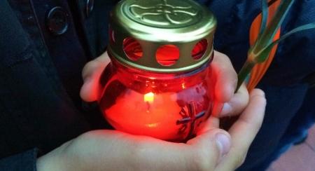 Сотни крымчан принесли свечи к мемориалу на месте концлагеря «Красный»