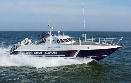 Севастопольские пограничники отбуксировали яхту с неисправным рулевым управлением в бухту Ласпи