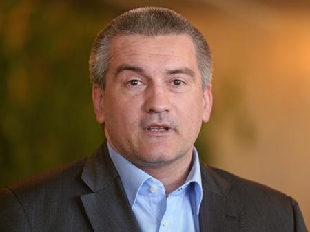 Аксёнов заложил капсулу под строительство Центра полиэтнической культуры молодежи в Симферополе и вручил ключи от 90 новых квартир реабилитированным гражданам (ФОТО)