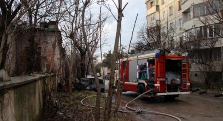 Пожарные спасли двух человек при тушении пятиэтажки в Керчи