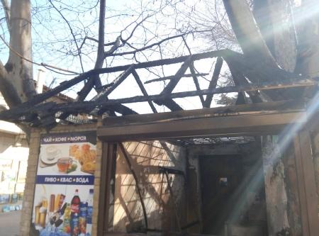 В Феодосии на Галерейной возле Аркадии сгорел торговый ларёк
