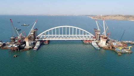 В Керченском проливе начали устанавливать арку Крымского моста (Видео)